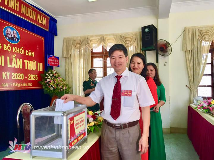 Các đại biểu bỏ phiếu bầu BCH khoá mới.