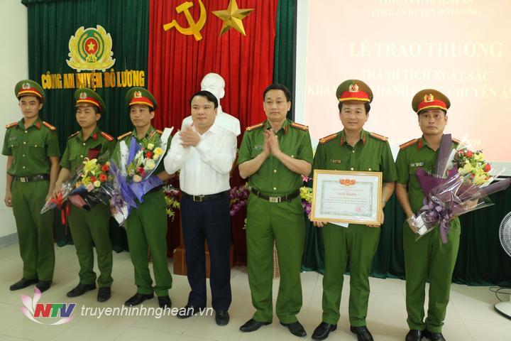 Đại tá Nguyễn Mạnh Hùng –  Phó Giám đốc Công an tỉnh và đ/c  Phùng Thành Vinh – Bí thư Huyện ủy, Chủ tịch UBND huyện đã trao thưởng cho Công an huyện Đô Lương.