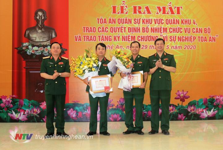 """2-Thiếu tướng  Dương Văn Thăng và  Thiếu tướng Nguyễn Anh Tuấn  tặng hoa và trao tặng kỷ niệm chương cho các đồng chí được tặng kỷ niệm chương """"Vì sự nghiệp Tòa án"""""""