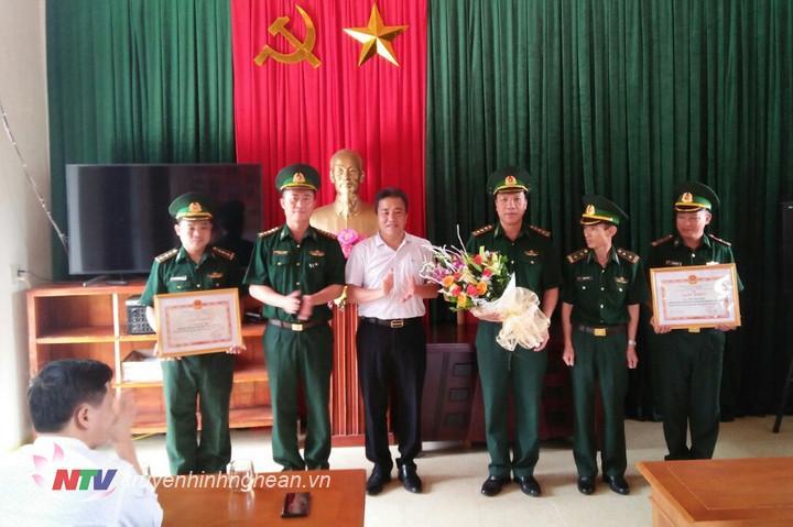 Đồng chí Lê Văn Giáp - Phó Bí thư, Chủ tịch UBND huyện Quế Phong trao thưởng cho cán bộ, chiến sỹ Đồn BP Hạnh Dịch.