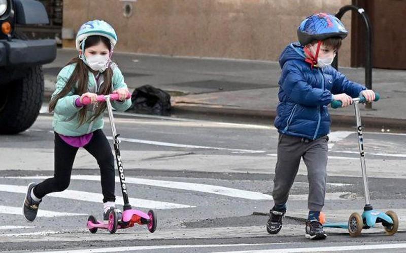 Trẻ nhỏ đeo khẩu trang phòng lây nhiễm Covid-19 ở thành phố New York, Mỹ. (Nguồn: AFP).