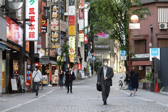 Người dân lưu thông trên một tuyến phố ở Shinjuku, Tokyo, Nhật Bản khi lệnh tình trạng khẩn cấp do dịch COVID-19 được dỡ bỏ, ngày 25/5/2020.