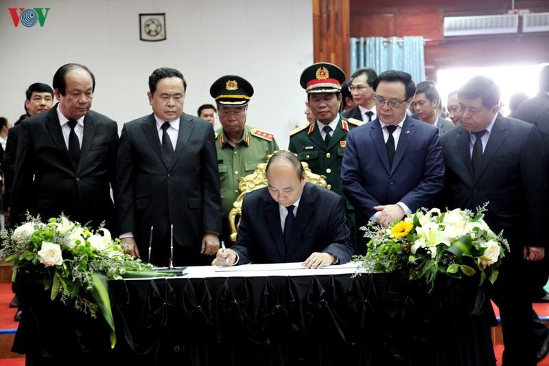 Thủ tướng Nguyễn Xuân Phúc ghi sổ tang.