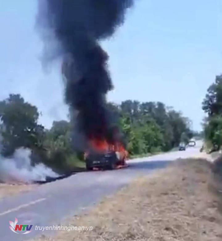 Chiếc xe bốc cháy dữ dội trên đường.