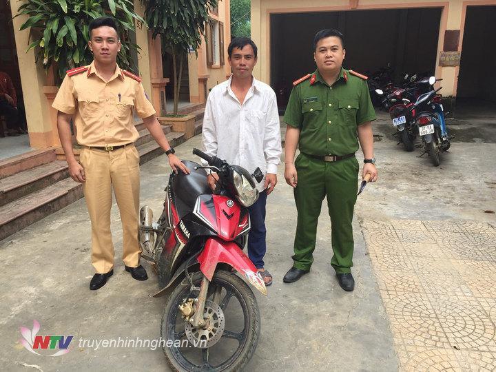 Đại diện đội CSGT Công an huyện Quế Phong trao trả tài sản cho người dân bị mất
