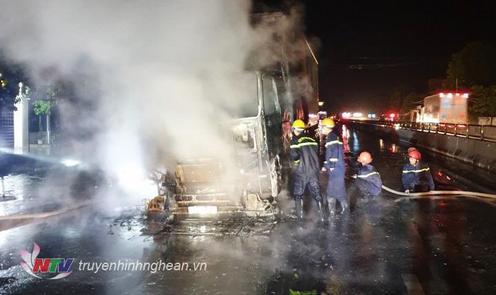 Lực lượng chức năng dập lửa cho xe.