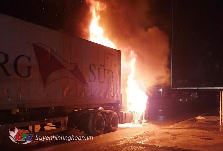Xe container bất ngờ bốc cháy khi đang lưu thông.