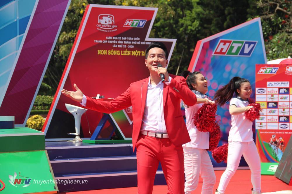 Ca sĩ Nguyễn Phi Hùng khuấy động không khí với ca khúc Niềm tin chiến thắng.