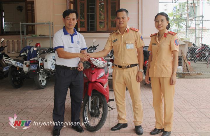 đại diện Đội CSGT Công an huyện Nam Đàn tiến hành trao trả tài sản cho anh Vi Văn Dương