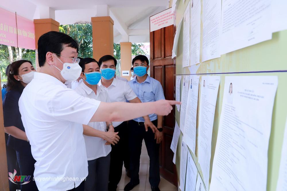 Chủ tịch UBND tỉnh Nguyễn Đức Trung kiểm tra công tác niêm yết danh sách ứng cử viên đại biểu tại xóm Hoàng Trù.