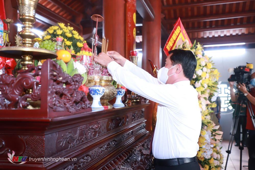 Bí thư Tỉnh ủy Thái Thanh Quý dâng hương tưởng niệm.