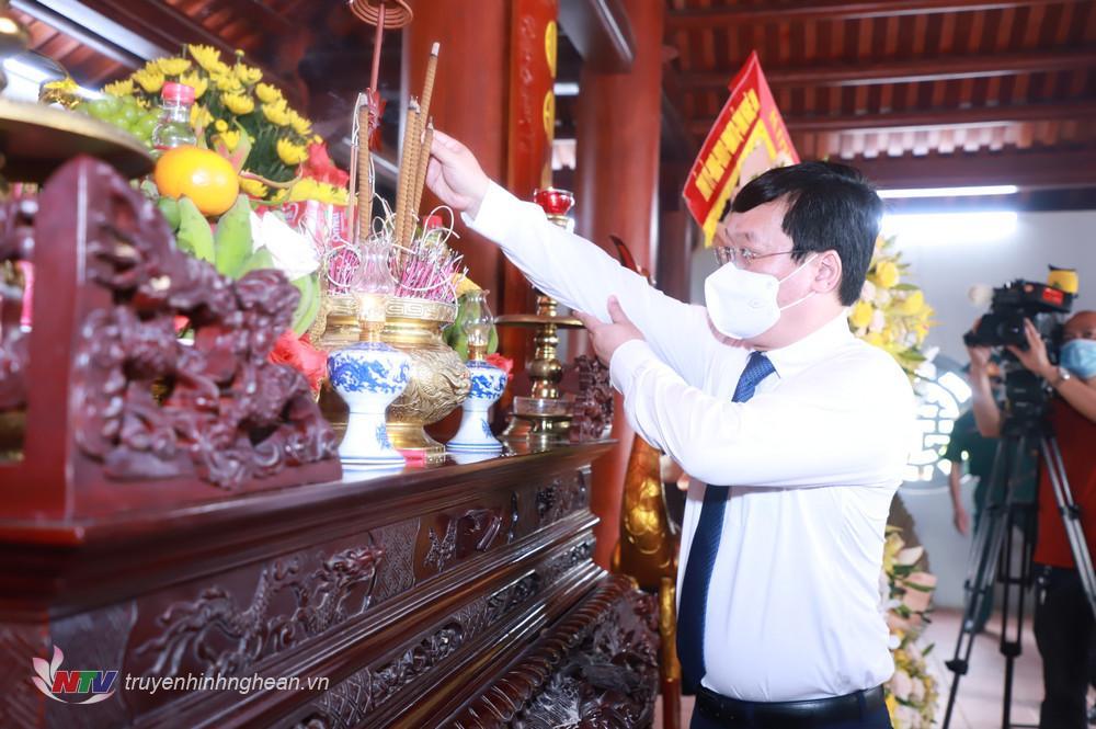 Chủ tịch UBND tỉnh Nguyễn Đức Trung dâng hương tưởng niệm.