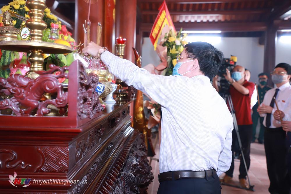 Phó Bí thư Tỉnh ủy Nguyễn Văn Thông dâng hương tưởng niệm.