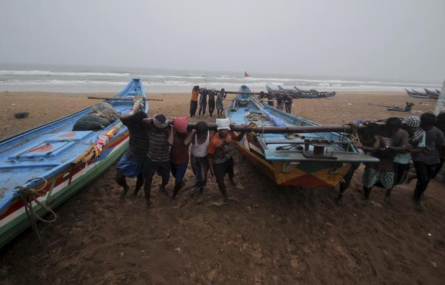 Di chuyển thuyền đến khu vực an toàn để tránh bão Yaas tại bãi biển Puri trên vịnh Bengal, bang Odisha. (Ảnh: AP)