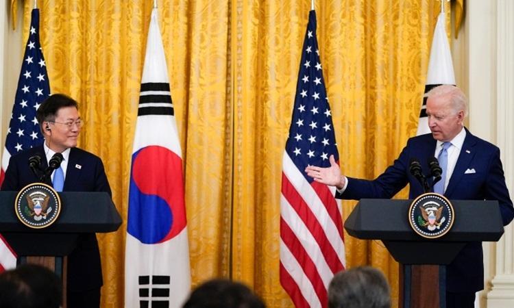Tổng thống Mỹ Joe Biden (phải) và Tổng thống Hàn Quốc Moon Jae-in tại cuộc họp báo chung ở Nhà Trắng hôm 21/5. Ảnh:AP.