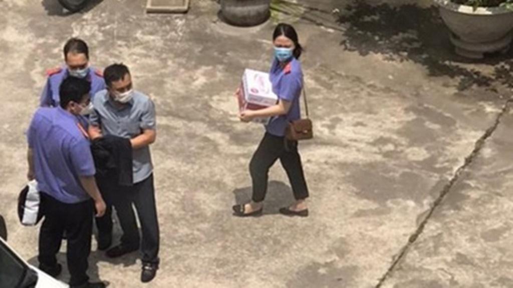 Các cán bộ của VKSND tối cao làm việc với Trung tá Đinh Đình Việt, Đội trưởng Đội Cảnh sát điều tra về tội phạm ma túy Công an quận Đồ Sơn (Hải Phòng)