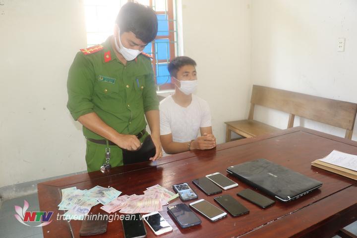 Đối tượng Nguyễn Văn Khá cùng tang vật thu giữ