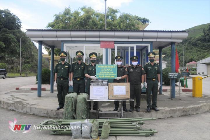 Bộ Chỉ huy BĐBP Nghệ An trao kinh phí, vật chất hỗ trợ công tác phòng chống dịch Covid – 19 cho đơn vị