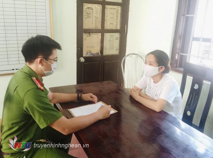 Cảnh sát điều tra Công An huyện Anh Sơn lấy lời khai đối tượng Nguyễn Thị Minh Hải.