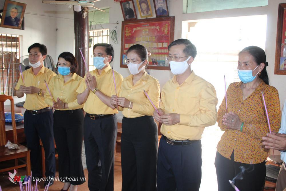 Võ Thị Minh Sinh cùng đoàn thắp hương trước bàn thờ em Nguyễn Văn Nhã