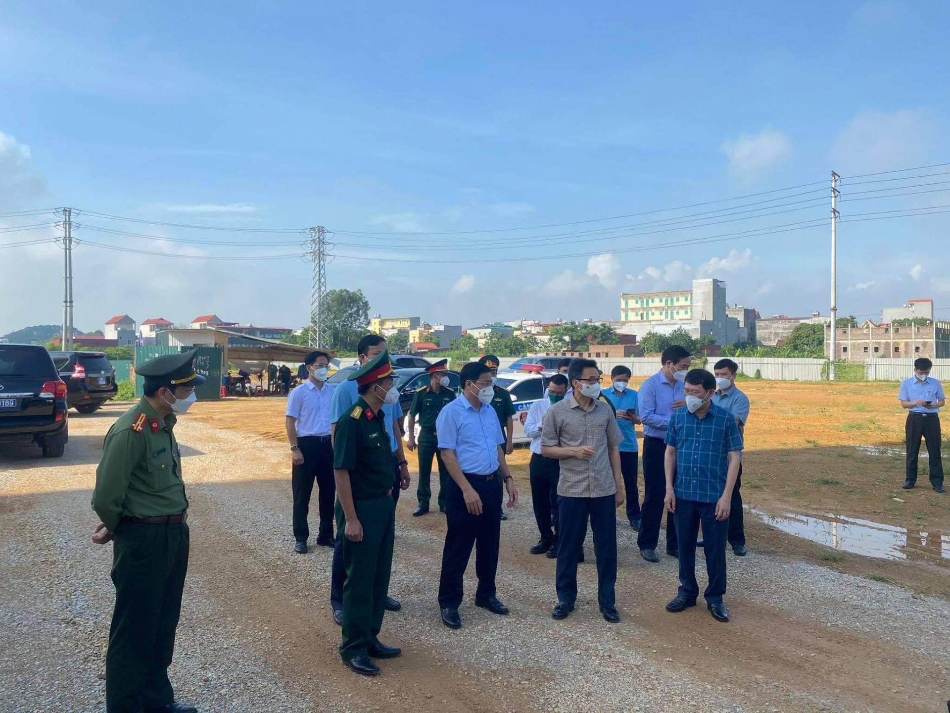Phó Thủ tướng Vũ Đức Đam kiểm tra công tác chống dịch tại Bắc Giang vào sáng 26/5.