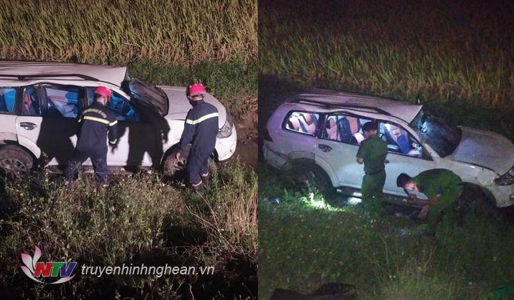 Hiện trường chiếc xe ô tô lao xuống ruộng sau va chạm.
