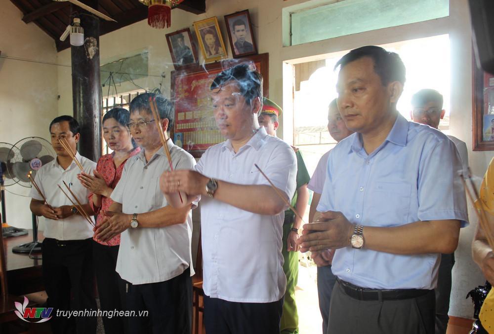 Chủ tịch UBND tỉnh Nguyễn Đức Trung, Phó Chủ tịch UBND tỉnh Bùi Đình Long cùng lãnh đạo địa phương thắp hương em