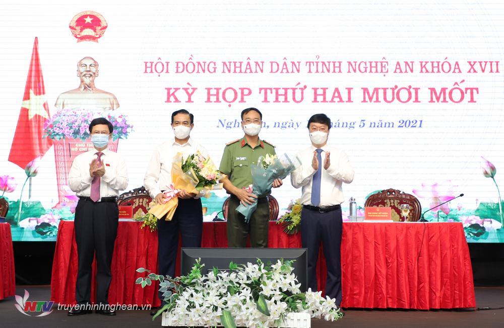 Đồng chí Nguyễn Đức Trung - Phó Bí thư Tỉnh uỷ, Chủ tịch UBND tỉnh và đồng chí Nguyễn Xuân Sơn - Chủ tịch HĐND tỉnh tặng hoa các đồng chí