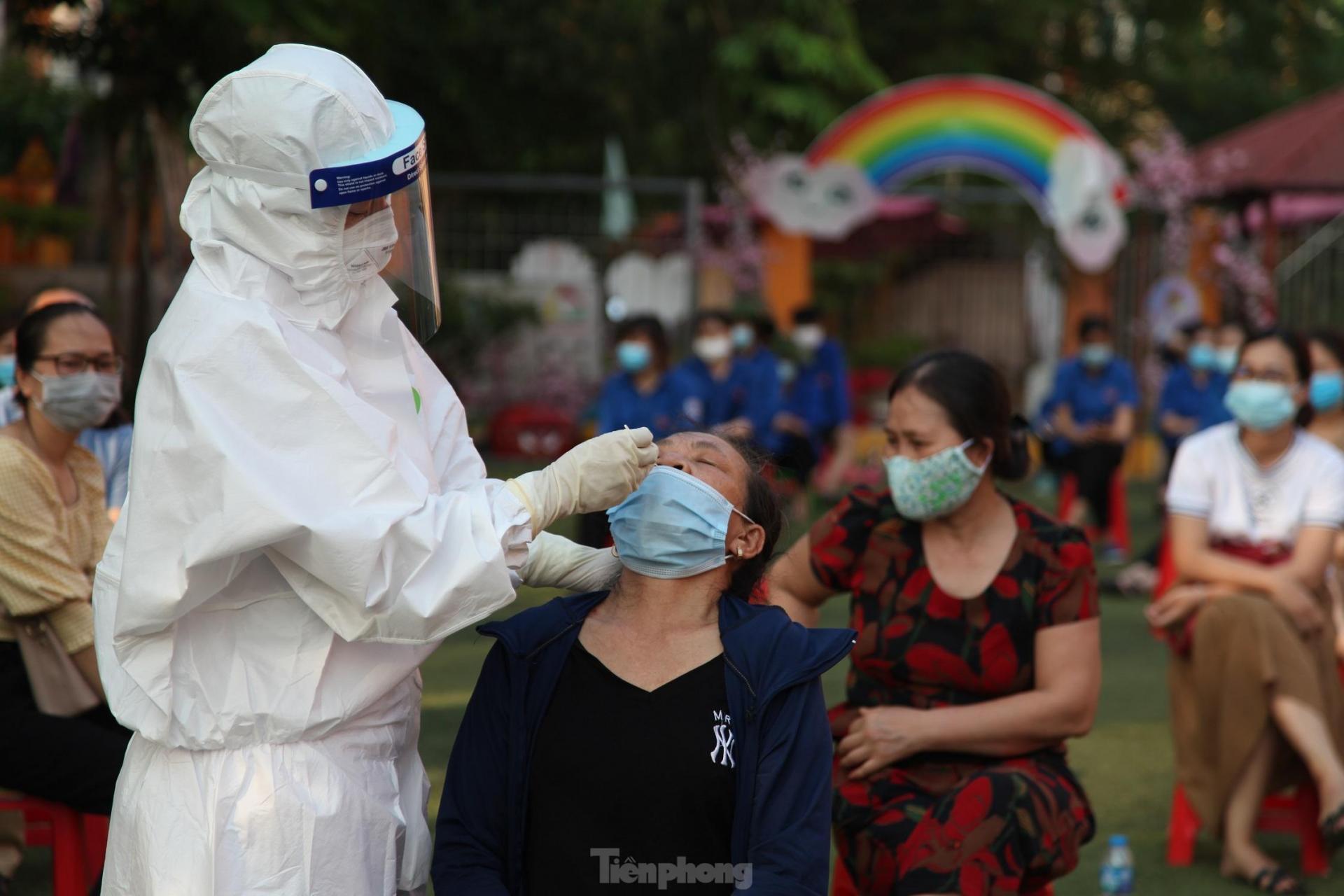 Nhân viên y tế lấy mẫu xét nghiệm cho người dân tỉnh Bắc Giang