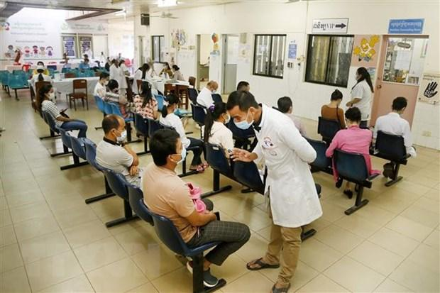 Người dân sau khi được tiêm vaccine phòng COVID-19 tại Phnom Penh, Campuchia, ngày 18/2/2021.