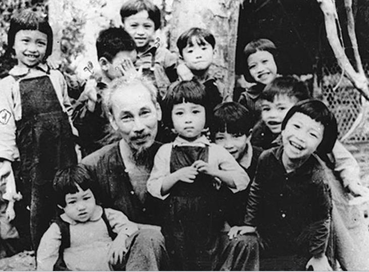 Bác Hồ thăm lớp mẫu giáo tại chiến khu Việt Bắc ngày 19/5/1953. Ảnh TTXVN