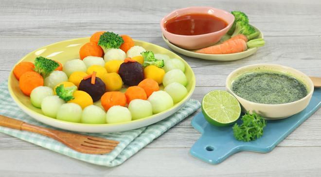 """Rau củ luộc, hấp: Vào mùa hè, bạn nên lựa chọn các loại thực phẩm """"nhẹ"""" nhưng vẫn cung cấp đủ dinh dưỡng và năng lượng như rau củ. Bạn nên tăng cường các món luộc, hấp vì chúng rất dễ ăn và cũng có lợi cho sức khỏe hơn. Bạn có thể kết hợp chúng cùng các loại nước chấm đậm đà, vừa khiến món ăn thêm hấp dẫn, tươi mát, vừa giúp bạn ngon miệng hơn."""