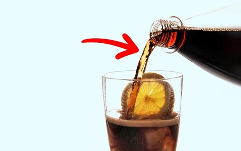 Không uống thức uống chứa cồn: Khi dạ dày trống rỗng, tốc độ hấp thụ rượu của cơ thể sẽ tăng lên gấp đôi, từ đó có thể dẫn đến đau dạ dày và giảm lượng đường trong máu. Bạn sẽ gặp các hiện tượng chóng mặt, đổ mồi hôi, lạnh và đói cồn cào hoặc hôn mê.