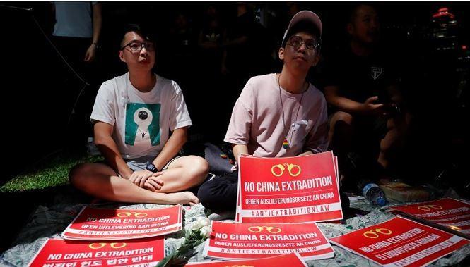 """Đêm 11/6, hàng trăm người trẻ đã ngồi biểu tình trước tòa nhà hành chính của Hong Kong với biểu ngữ """" Không dẫn độ về Trung Quốc"""""""