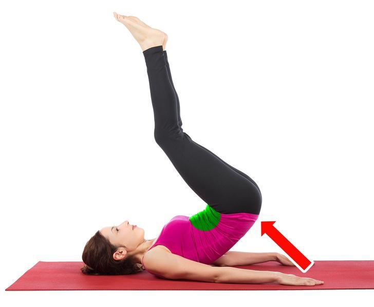 Bài tập gập bụng ngược: Bạn có thể thực hiện bài tập này ngay khi đang xem tivi. 1-Nằm xuống. 2-Đặt hai chân bằng trên sàn. 3-Nhấc chân lên cao quá đầu bạn hoặc cao hơn nếu có thể, nhưng đừng đưa chân đi quá nhanh. 4-Từ từ hạ chân xuống. Thực hiện 3 lượt, mỗi lượt 20 lần.