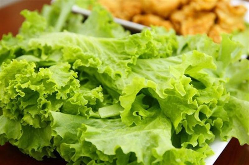 Rau sống: Rau sống là nguồn thực phẩm giàu axit amin. Tuy nhiên, chúng có thể gây ra chứng ợ nóng, đầy hơi và đau bụng, đặc biệt trong trường hợp bạn chưa ăn gì vào buổi sáng.