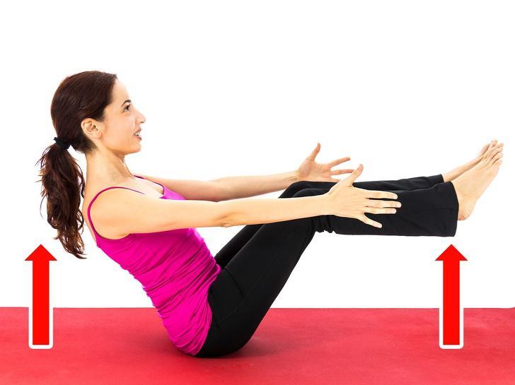 Nhấc chân tạo thành tư thế chữ V:Bài tập này có thể hơi khó, nhưng nó đặc biệt hiệu quả. Bạn chỉ cần nhấc cơ thể lên và cân bằng chân và tay cùng 1 lúc. 1-Nằm xuống, duỗi cánh tay lên quá đầu. Lòng bàn tay nên hướng xuống. Chân thẳng. 2-Từ từ nâng toàn bộ chân và tay theo hình chữ V. 3-Cố gắng chạm ngón tay vào ngón chân. 4-Từ từ trở lại tư thế ban đầu. Thực hiện 3 lượt, mỗi lượt 10-15 lần