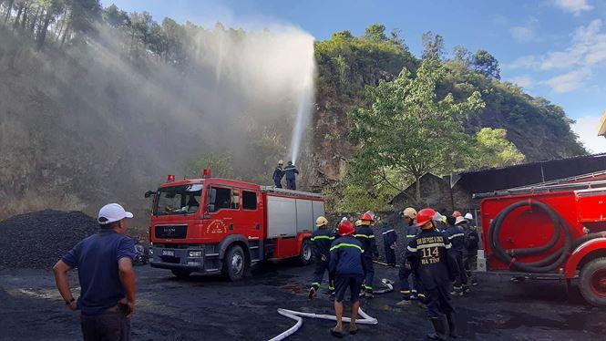 Lực lượng chức năng tiếp tục phun nước ngăn ngọn lửa cháy trở lại khu vực nhà dân tại tổ 1, thị trấn Xuân An.
