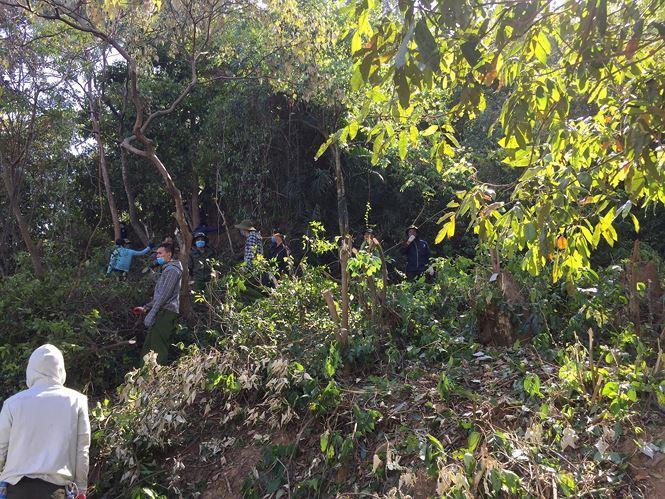 Các lực lượng chữa cháy tập trung các bìa rừng để phát quang ngăn ngọn lửa cháy xuống khu vực dân cư. Tại xóm 7 và xóm 9 (xã Xuân Hồng) nhiều nhóm túc trực và leo lên một số khu vực có lửa cháy để tiếp tục dập lửa.