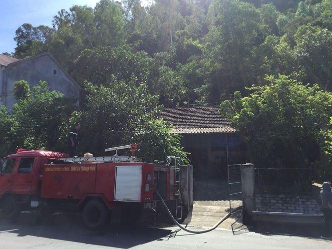 Các vòi nước được đấu nối sẵn sàng tại nhà  dân nằm sát mép rừng phòng ngọn lửa cháy tới.