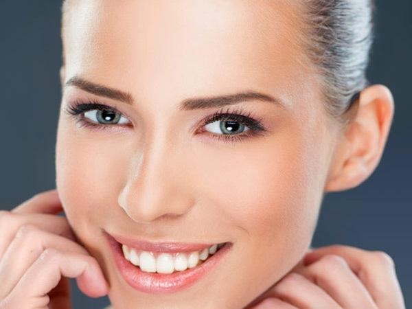 Lấy lại độ ẩm trên môi: Thiếu độ ẩm sẽ dẫn tới các vấn đề cho đôi môi, vì thế phòng ngừa là cách tốt hơn cả. Rắc một lớp phấn bột lên khăn tay và thấm chúng lên môi, sau đó, phủi nhẹ. Điều này sẽ giúp làn môi lấy lại độ ẩm.