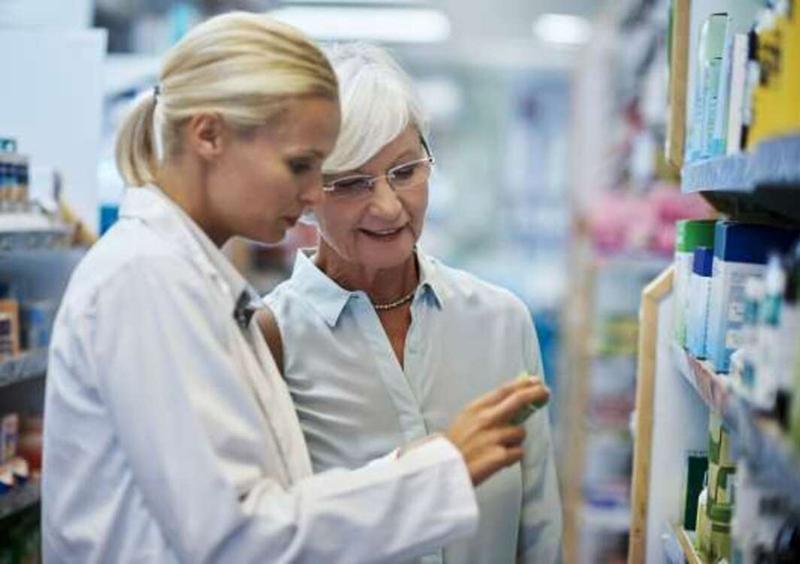 Tham khảo ý kiến giữa bác sĩ và dược sĩ: Đối với những người có thói quen tự mua thuốc về dùng, họ thường chỉ hỏi dược sĩ về tác dụng của thuốc và tự dùng mà không hỏi ý kiến của bác sĩ. Điều này có thể gây nguy hiểm nghiêm trọng đến sức khỏe và tính mạng.