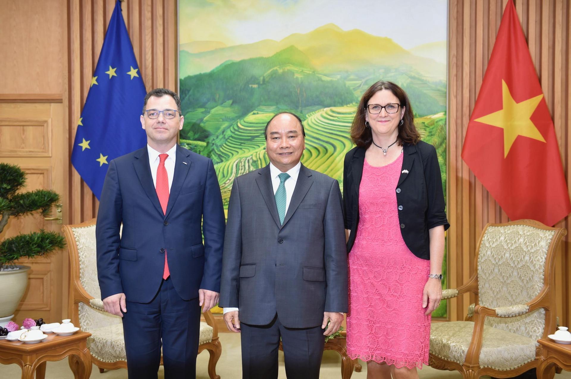 Thủ tướng Nguyễn Xuân Phúc tiếp Bộ trưởng Bộ Môi trường kinh doanh, Thương mại và doanh nghiệp Romania, Đại diện Hội đồng EU Stefan-Radu Oprea và bà Cecilia Malmstrom, Cao uỷ Thương mại EU.