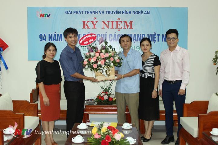 Đại diện lãnh đạo huyện Nghĩa Đàn tặng hoa chúc mừng.