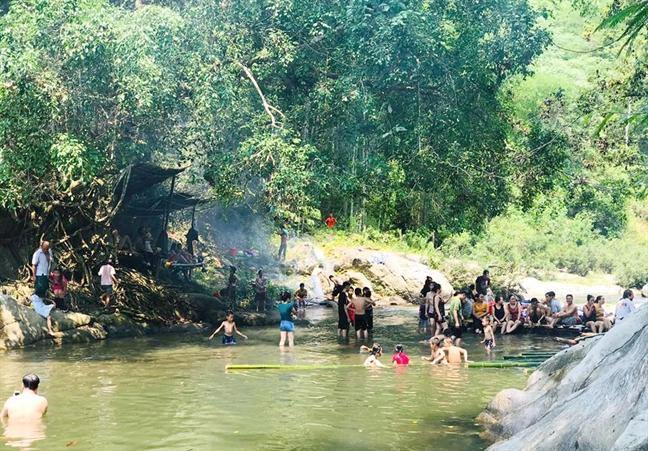 Các thác nước, con suối ở miền núi Nghệ An những ngày này trở nên quá tải do lượng người đổ về tắm mát, vui chơi tránh nắng nóng tăng cao. Ảnh: internet