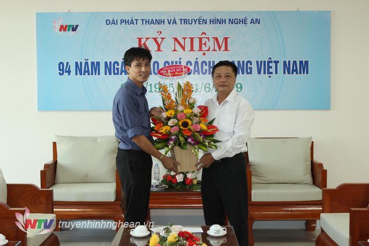 Công ty CP Đầu tư và Phát triển nhà Hà Nội số 30 tặng hoa chúc mừng.