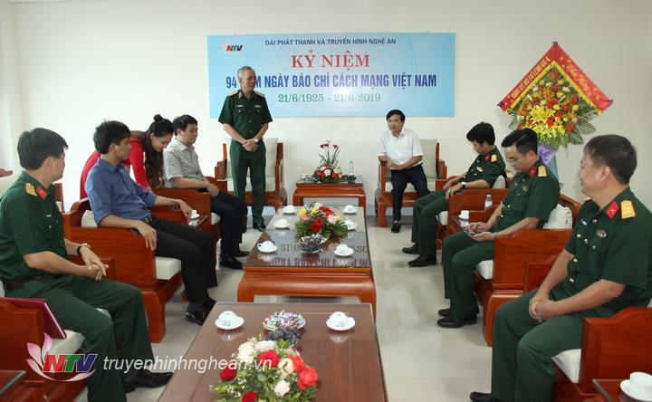   Thiếu tướng Nguyễn Đức Hóa – Phó Chính ủy Quân khu 4 dẫn đầu đoàn Bộ tư lệnh Quân khu 4 chúc mừng Đài PT-TH Nghệ An.  