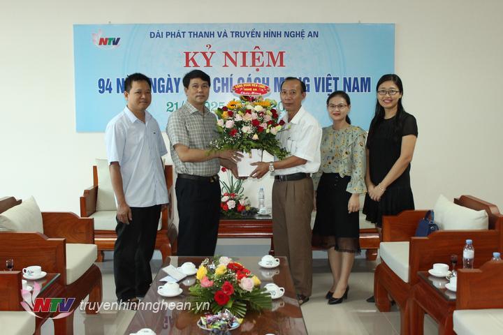 Công đoàn viên chức Nghệ An tặng hoa chúc mừng.