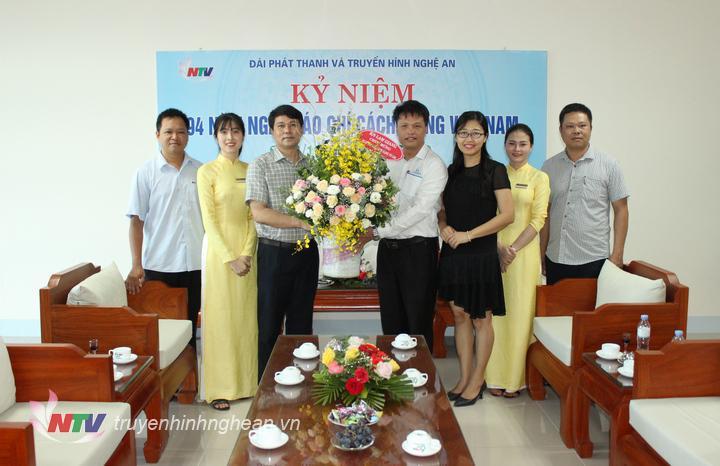 Khách sạn Lam Giang tặng hoa chúc mừng.