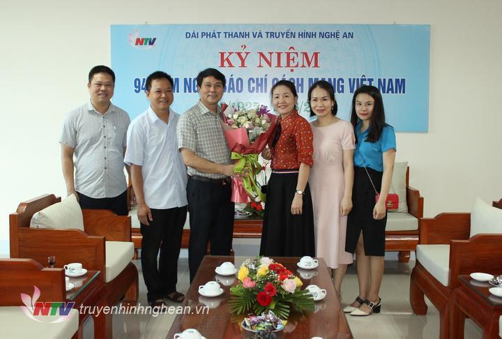 Đại diện Liên đoàn lao động tỉnh tặng hoa chúc mừng.